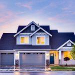 Domy parterowe, z poddaszem, szeregowe, bliźniaki – czym charakteryzują się te nieruchomości?